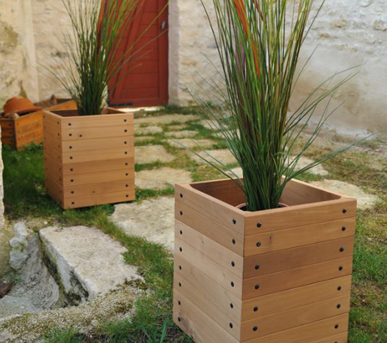 cache pot bois cache pot en bois dans maison jardin. Black Bedroom Furniture Sets. Home Design Ideas